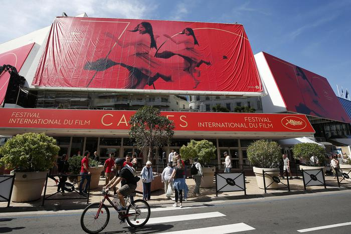 epa05966419 People walk in front the official poster of the 70th annual Cannes Film Festival on the Palais des Festivals facade, in Cannes, France, 15 May 2017. The poster displays a photogram of Italian actress Claudia Cardinale. The film festival will run from 17 to 28 May.  EPA/SEBASTIEN NOGIER