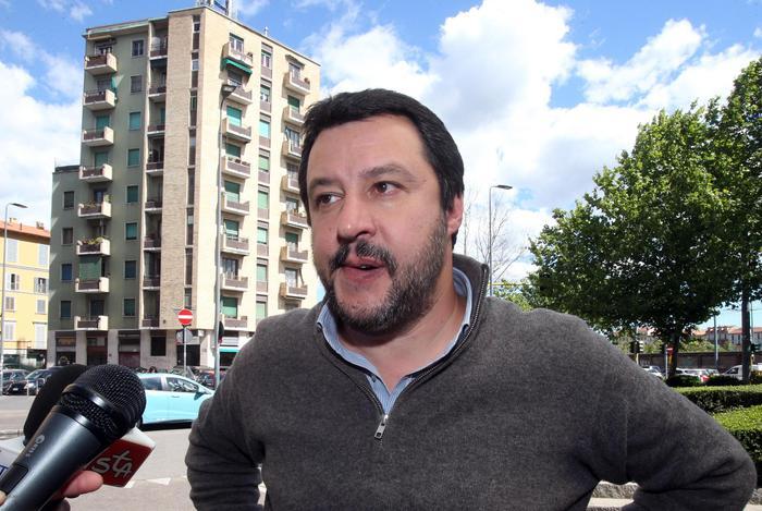 """Il segretario della Lega Nord Matteo Salvini incontra la stampa a margine del convegno  """"Affidamento condiviso quali prospettive concrete di miglioramento?"""", Milano, 28 Aprile  2017.      ANSA / MATTEO BAZZI"""