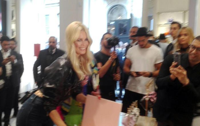 Claudia Schiffer firma a Milano copie del suo libro edito da Rizzoli. Foto di Gioia Giudici