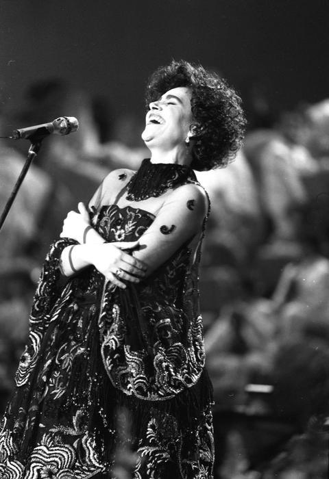 Mia Martini sul palco del 40/mo Festival della Canzone Italiana a Sanremo, 27 febbraio 1990. ANSA/ARCHIVIO