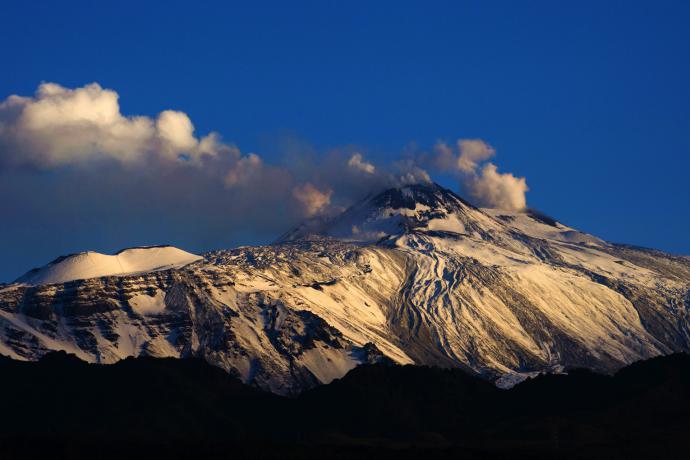 Sull'Etna, fumante, è tornato l'inverno: neve e temperature sotto zero
