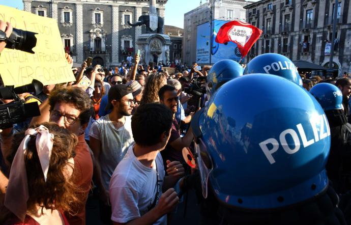 Salvini a Catania, lancio di oggetti contro l'auto del vicepremier