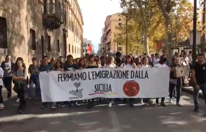 1572005329368.JPG--si_resti_arrinesci__la_marcia_dei_giovani_siciliani_contro_la_fuga_dall_isola