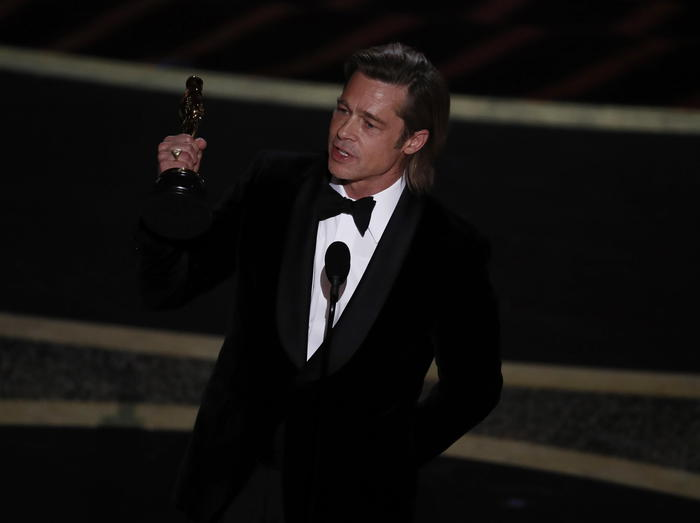 epa08207325 Brad Pitt delivers his acceptance speech after winning Performance by an Actor in a Supporting Role during the 92nd annual Academy Awards ceremony at the Dolby Theatre in Hollywood, California, USA, 09 February 2020. The Oscars are presented for outstanding individual or collective efforts in filmmaking in 24 categories.  EPA/ETIENNE LAURENT