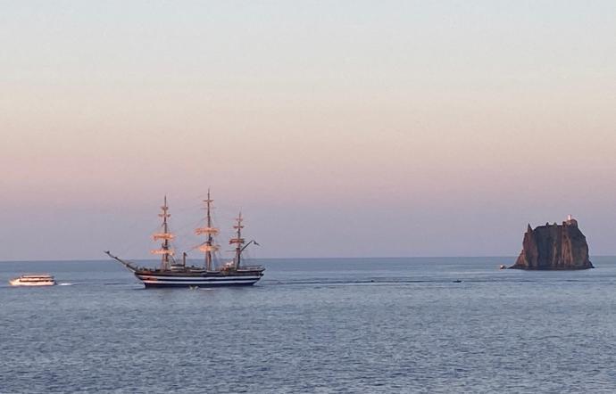 La Vespucci davanti Strombolicchio saluta la Sicilia
